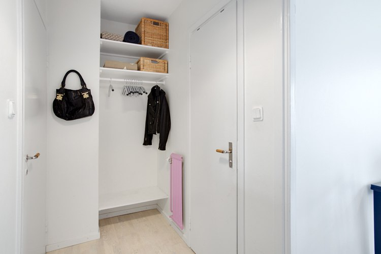 Студия 28 м для семьи из трех человек с ребенком, с зоной отдыха с диваном и двумя полноценными спальными местами.