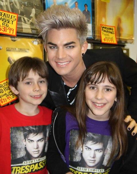 Адам с фанами и ещё я хочу такие же