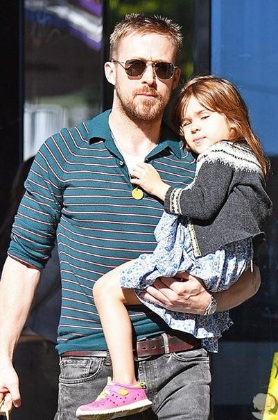 Райан Гослинг на прогулке с подросшей дочерью Эсмеральдой