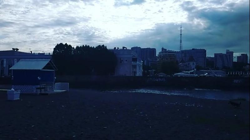 Субботнее утро на пляже Островок в центре Сочи