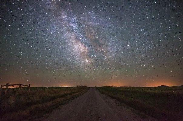 Проселочная дорога и Млечный путь в штате Вайоминг, США