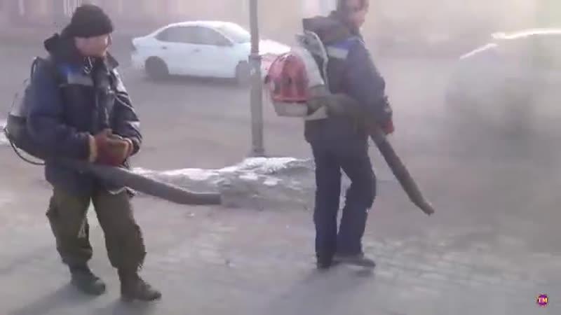 В Гатчине коммунальщики подметают пыль на центральной улице города воздуходувками.