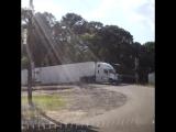 Водитель выпрыгнул из кабины в последний момент, прежде чем его грузовик разорвал поезд! ? ?