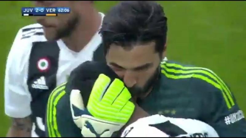 Буффон в последнем матче за Ювентус расцеловал всю команду И немножко соперников