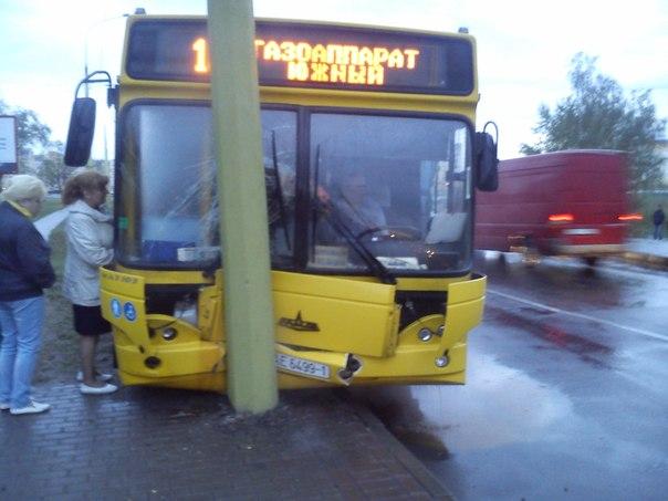 На подъёме у моста автобус врезался в осветительную опору