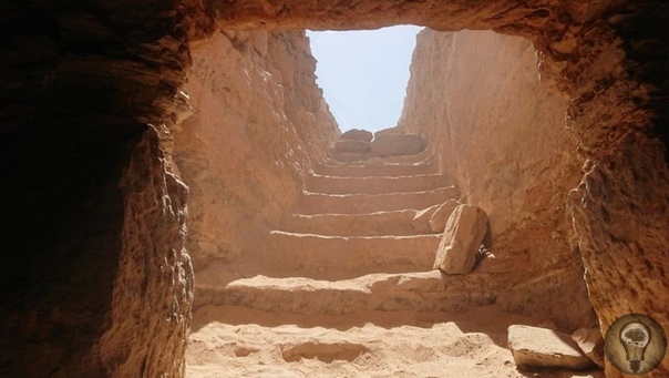 Вчера археологи обнародовали археологические находки в Египте Была найдена нетронутая древняя гробница, в ней почти 30 мумийВ погребальных камерах археологи нашли десятки амфор с благовониями и