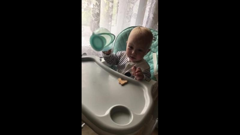 Сидит на стульчике и балуется за столом