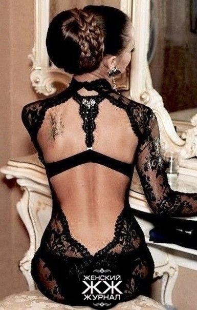 Брюнетка в шикарном платье спиной