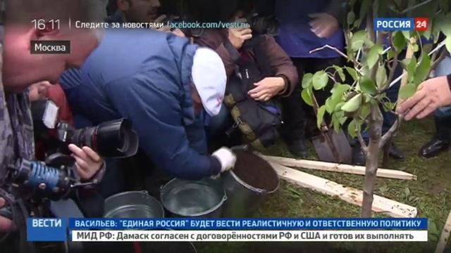Новости на Россия 24 • На день рождения Лужков высаживал деревья и дарил кепки