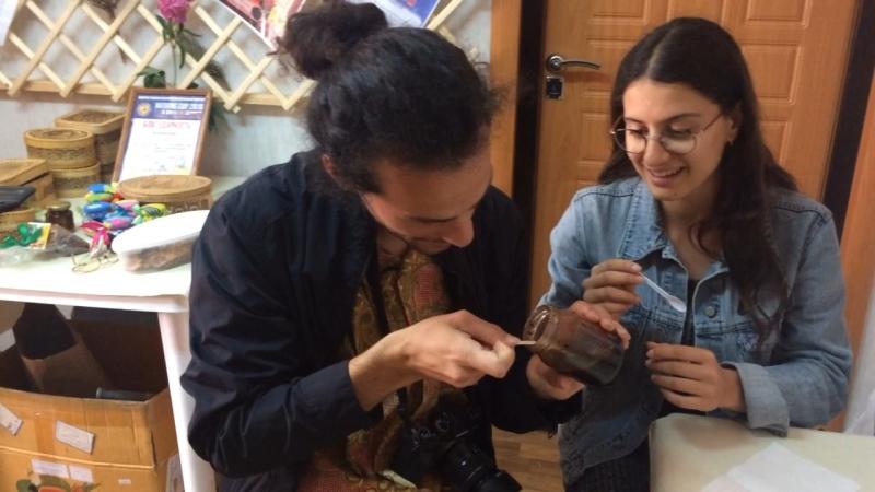 Итальянцы пробуют варенье из шишек care bye-naked.ru