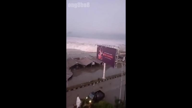 Indonesia 28_09_2018_ Khoảnh khắc sóng thần tấn công bờ biển Palu