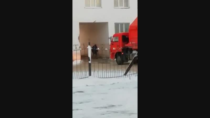 Мусоровоз пытается проехать через арку дома Видео прикол