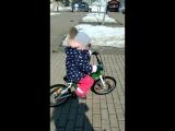 Про то, как мама хотела научить дочку кататься на велосипеде, а ребенок просто сел и тут же поехал на нем ))
