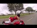 Сексуальная девушка в костюме Санта выполняет трюки на мотоцикле.
