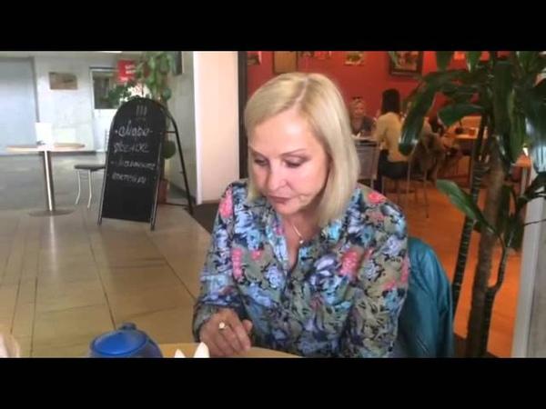 Елена Борзова читает стихотворения Целуют родители нас и Сейчас не время стихов Н.Зиновьева
