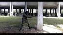 Крошится бетон от выстрелов из пистолета Хардбольная дуэль HardBall
