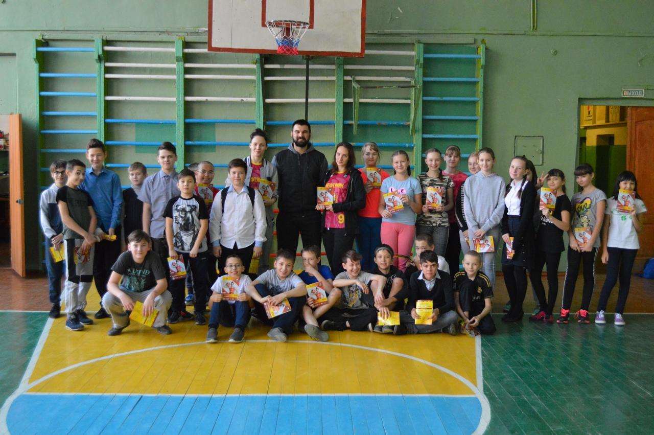 Баскетболистки «Нефтяника» посетили школы!