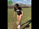 Фигуристая девушка ловко управляется с мячом
