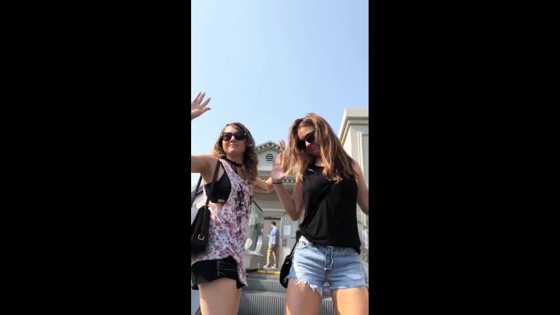 Бритт и Бритни на эскалаторе