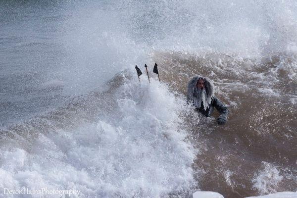 Что будет, если покорять волны в сильный мороз