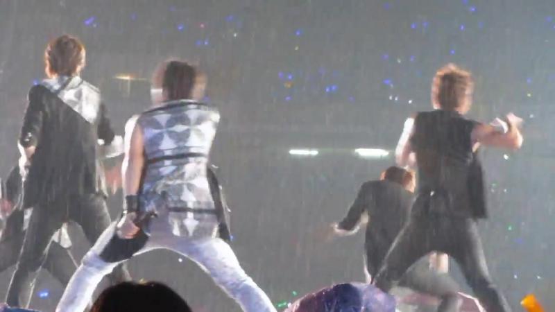 2012.10.04 Infinite performing Be Mine in the rain ! @ M! Countdown Smile Thaila