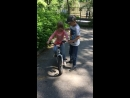 В Зеленогорске. Юлиану учит кататься на 2-колесном велосипеде 9-летний друг, а Диана обгоняет ее на 4-колесном.