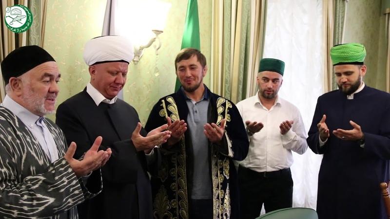 Глава ДСМР Альбир-хазрат Крганов наградил Имиля Шарафетдинова