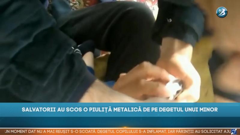 SALVATORII AU SCOS O PIULIȚĂ METALICĂ DE PE DEGETUL UNUI MINOR