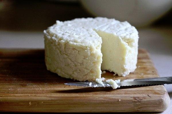 ✅ ТОР - 14 Подборка вкусных домашних сыров! 1.Домашняя моцарелла. Ингредиенты: На 2 порции: ●1 л молока ●125 г натурального йогурта ●1,5 ч.л. соли (можно больше, кто как любит) получается не сильно солёная ●1 ст.л. уксусной эссенции (25%) Приготовление: Молоко с солью нагреть, но не доводить до кипения. Добавить йогурт, перемешать, добавить уксус, хорошо перемешать и убрать с плиты. Дуршлаг застелить чистой марлей свёрнутой примерно в 4 слоя, вылить туда свернувшееся молоко (сыворотку не…