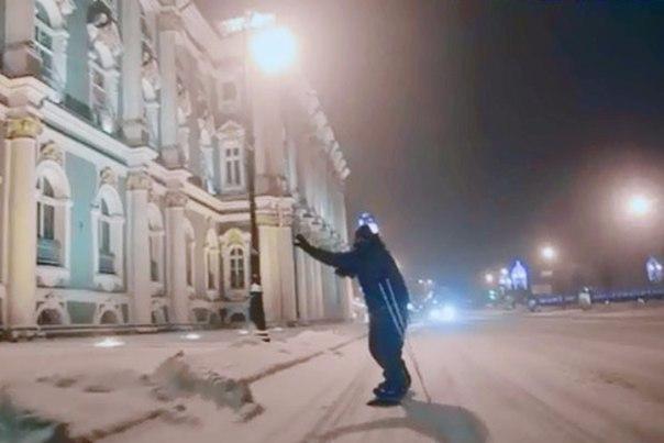 Петербуржцы гоняют на сноуборде по заснеженным улицам города