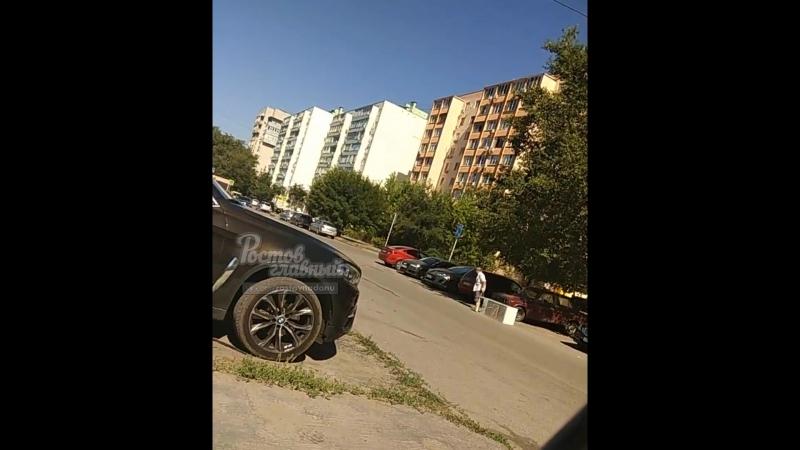 Мужчина тащит холодильник 22.6.2018 Ростов-на-Дону Главный