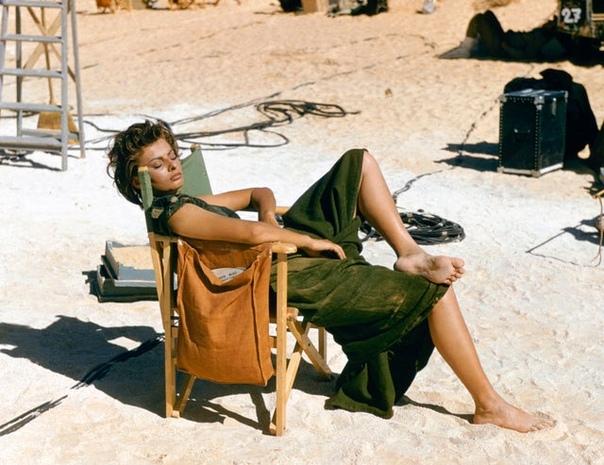 На съёмках фильма в Ливии «Легенда о былом»: Софи Лорен 1957 год