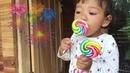 Main Kembang Api Anak dan Makan Permen Lolipop Asik Enak Seru Lucu