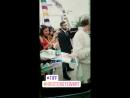 Kristen tomandose selfies con los fans