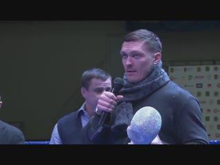 Абсолютного чемпиона мира Александра Усика (16-0, 12 КО) наградили первым в истории Кубком легенд от ФБУ.