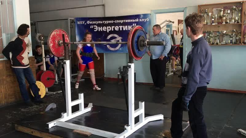 Ситало Мария в 3 подходе зафиксировала 90 кг. в приседаниях.