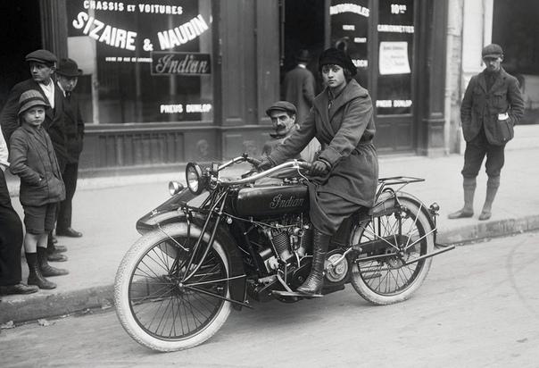 Женщина позирует на мотоцикле «Индиан» с коляской (Париж, Франция, 1919 год)