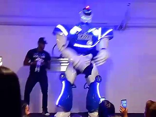 Robô Havan dançando Anitta Paranaguá