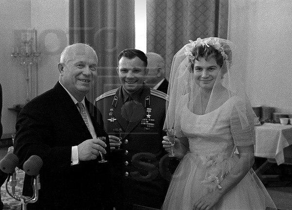 Юрий Гагарин на свадьбе Валентины Терешковой и Андриана Николаева. Н. Хрущев.
