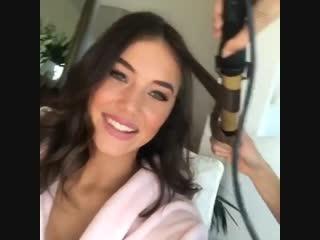 Лаура делает макияж