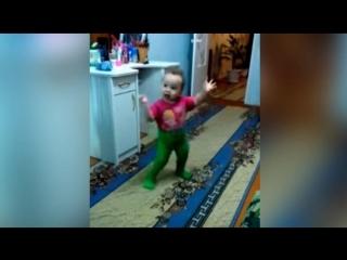 Для настроения!) Девочка танцует улет! ей 1.5 всего))