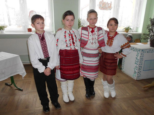 Діти у вишиванках