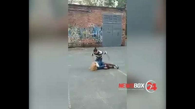 Подростки избили и унизили девушку