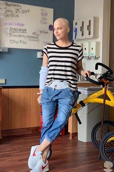 Сэльма Блэр побрилась налысо после завершения курса лечения от рассеянного склероза