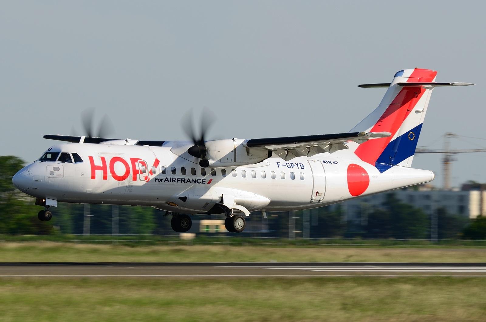 Посадка ATR 42 в ливрее HOP!