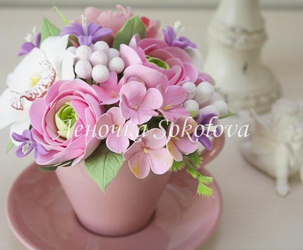 В чашечке чая может прорасти вот такая композиция с гортензией, лютиками, пионом и орхидеей.