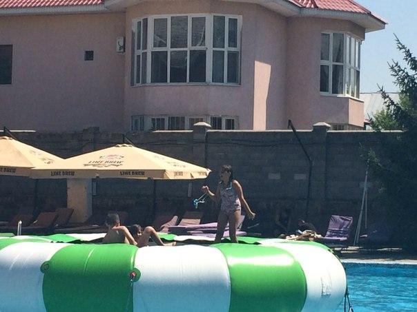 купание в бассейне