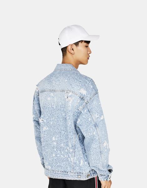 Джинсовая куртка объемного кроя с разрывами