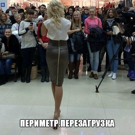 девушки в юбках стоят: