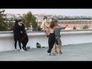 Просто танцующие ребята на фоне знаменитого пражского моста самоубийц